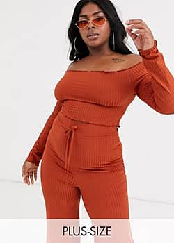 ribbed off shoulder frill crop top in rust-Red